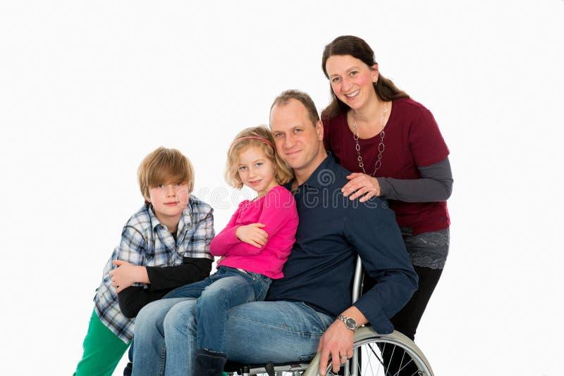 Niepełnosprawny mężczyzna w weelchair z jego rodziną obraz stock