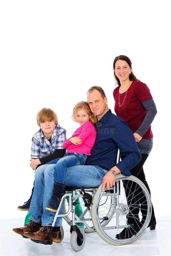 Niepełnosprawny mężczyzna w weelchair z jego rodziną zdjęcia royalty free
