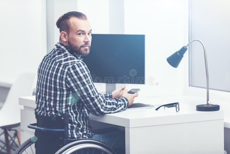 Niepełnosprawny młody kierownik pracuje w biurze zdjęcie stock