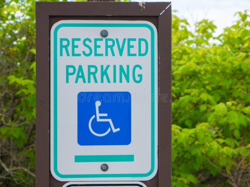Niepełnosprawny miejsce do parkowania znaka znak na słupie obrazy royalty free
