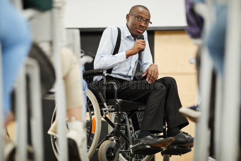 Niepełnosprawny motywacyjny mówca przy konferencją zdjęcia stock