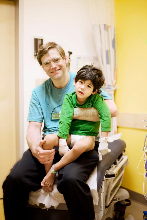 niepełnosprawny ojciec mienie jego syn szpitalny chory obrazy stock