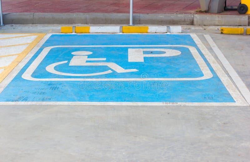 Niepełnosprawny parking podpisuje wewnątrz stację paliwową, Tajlandia fotografia stock