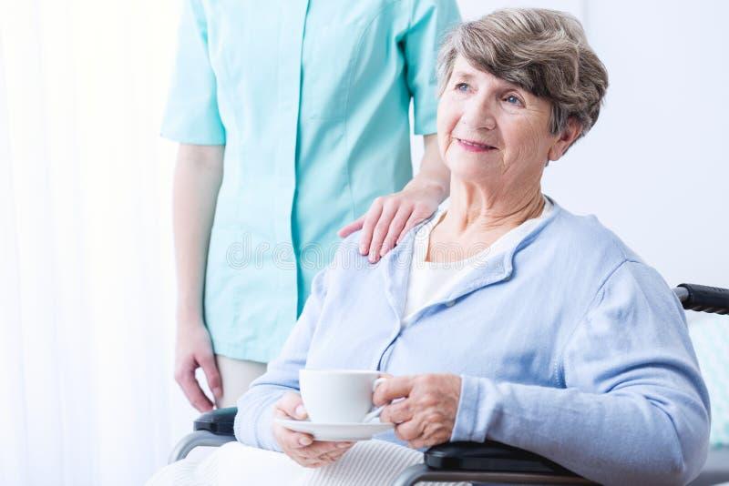 Niepełnosprawny senior z pozytywną postawą zdjęcie royalty free