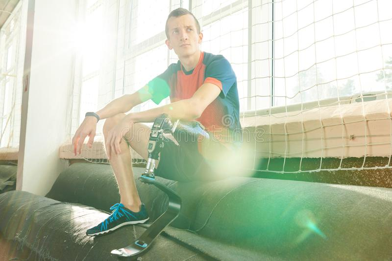 Niepełnosprawny sportowiec Odpoczywa w świetle słonecznym obrazy stock