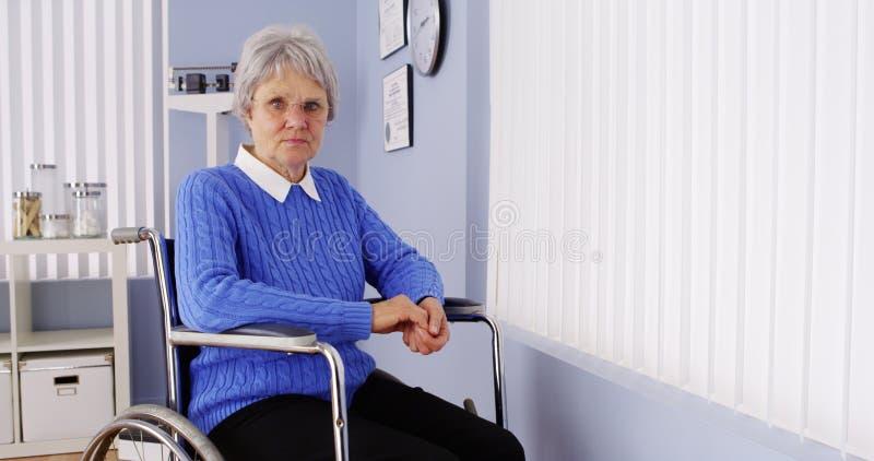 Niepełnosprawny starszy kobiety obsiadanie w wózku inwalidzkim fotografia royalty free