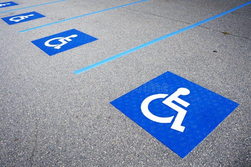 Niepełnosprawny symbol obezwładniający parking znak zdjęcia stock