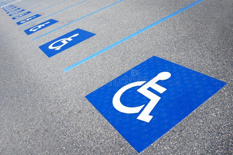 Niepełnosprawny symbol obezwładniający parking znak obrazy stock