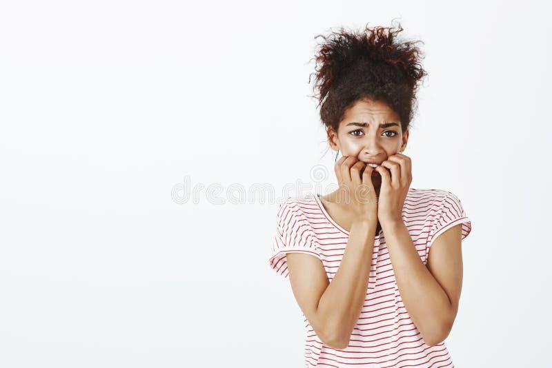 Niepewna kobieta ogląda strasznego film samotnie Zmartwiona intensywna piękna afroamerykańska kobieta z kędzierzawym włosy, trzym obrazy royalty free