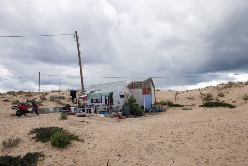 Niepewny dom przy plażą obrazy royalty free