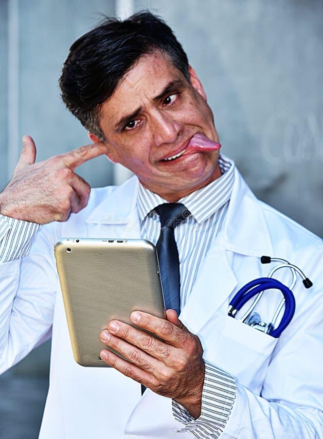 Niepoczytalna samiec lekarka Z pastylką zdjęcia royalty free