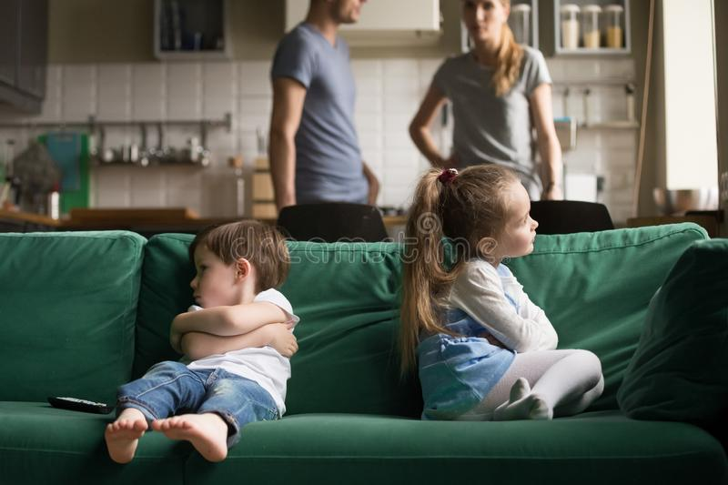 Niepokoi obrażającego brata i siostry obsiadanie na leżance zdjęcie royalty free