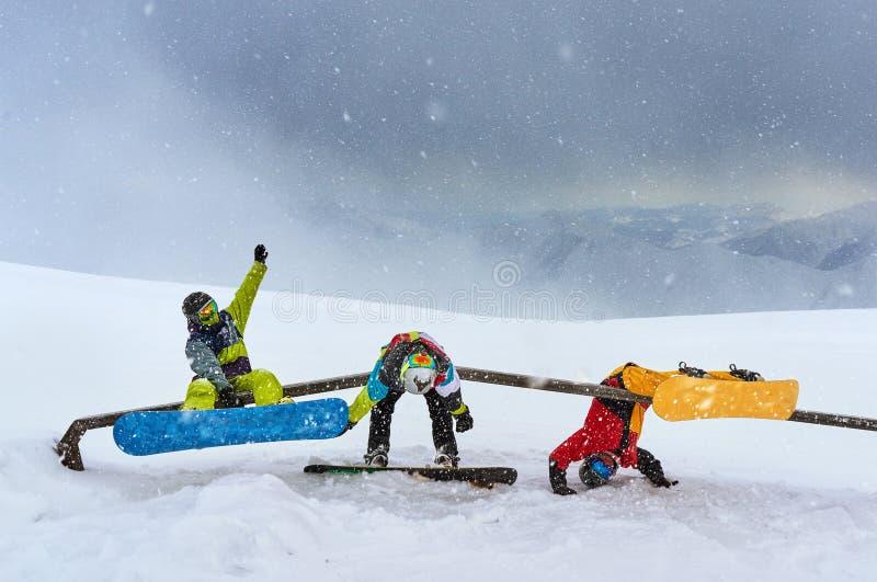 Niepomyślni trikowi snowboarders na śladach, zdjęcia stock