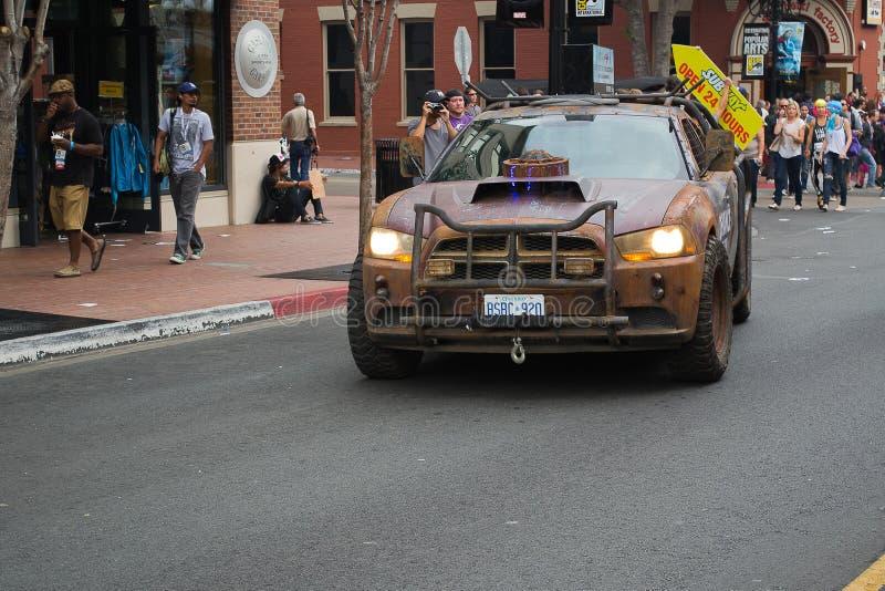 Nieposłuszeństwa prawa pastucha Dodge samochód na San Diego śródmieścia ulicie zdjęcia stock