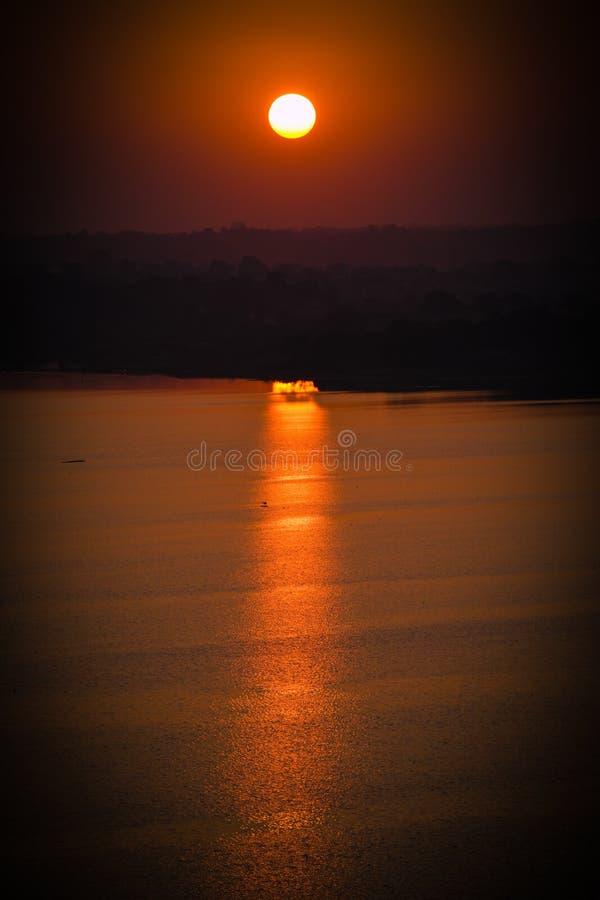 Niepowtarzalny widok zachodu słońca, w którym promienie słońca padają na rzekę fotografia royalty free