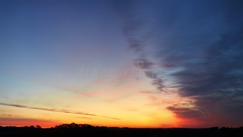 Nieprawdopodobni bogaci kolory wczesnego poranku niebo fotografia stock