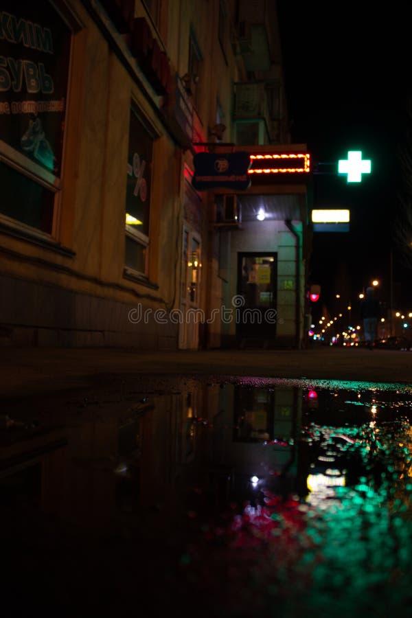 Nieprawdopodobny i ponury nocy miasto fotografia royalty free