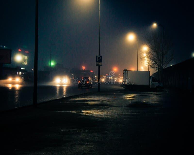 Nieprawdopodobny i ponury nocy miasto zdjęcia royalty free