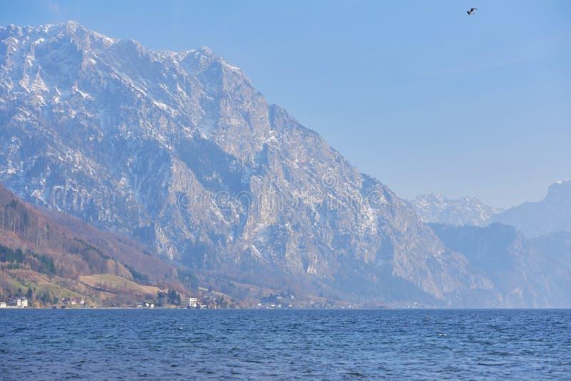 Nieprawdopodobny krajobraz jeziorny Traunsee w Austria Błękitni jeziorni zlew w jesieni zamglą obraz royalty free