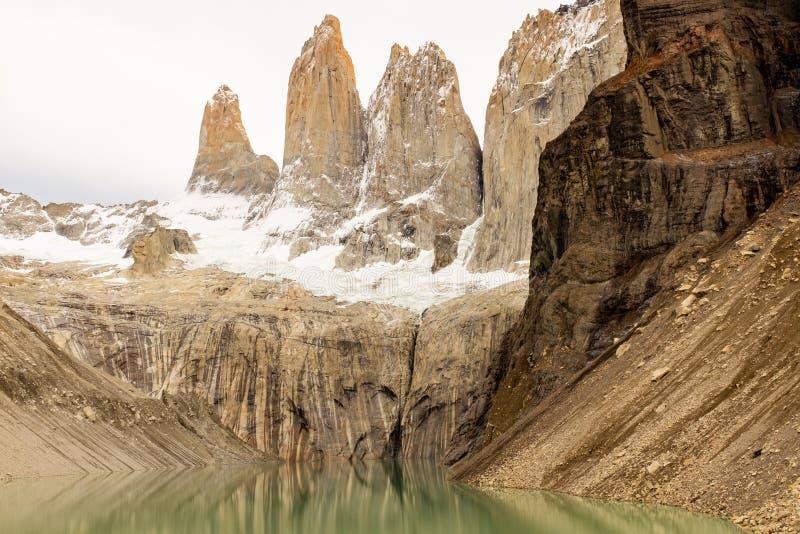 Nieprawdopodobny Laguna Torres, trzy granitowego szczytu w Patagonia części Torres Del Paine, park narodowy, Chile, odbicie w zdjęcie stock