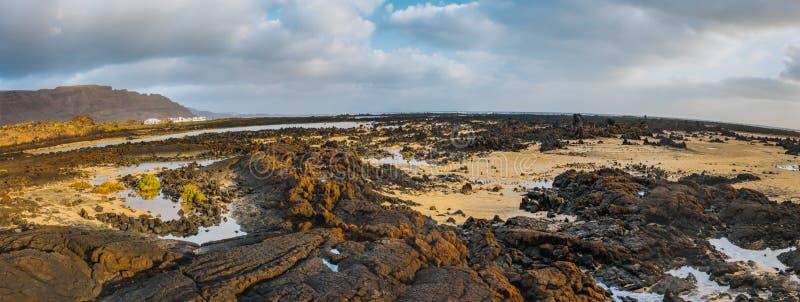 Nieprawdopodobny niskiego przypływu coastside Lanzarote ACanary wyspy Hiszpania fotografia stock