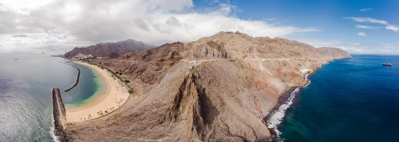 Nieprawdopodobny panoramiczny ptasi widok cała wyspa Tenerife w terenie Teresitas i Gaviotas wyrzucać na brzeg, Tenerife zdjęcie stock