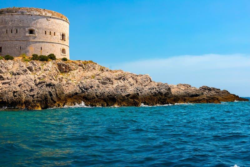 Nieprawdopodobny seascape Stary wierza na skalistym brzeg morzem, Boka-Kotor zatoka, fotografia royalty free