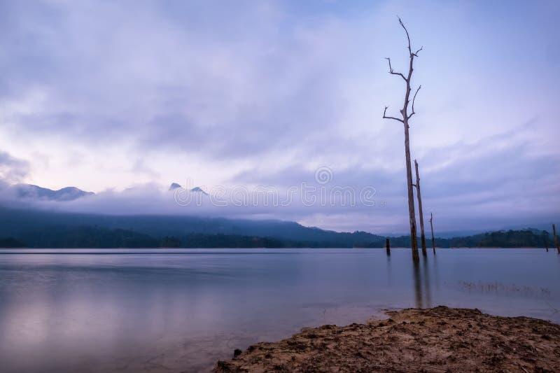 Nieprawdopodobny widok Cheow Lan jezioro z zmierzchu niebem i dow?d preexisting d?ungla las kt?ry zalewa? gdy Rajjaprabha zdjęcie royalty free