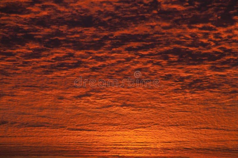 Nieprawdopodobny wschodu słońca lub zmierzchu niebo obraz royalty free