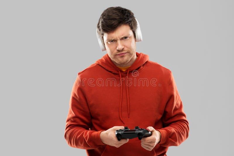 Nierad mężczyzna z gamepad bawić się gra wideo fotografia royalty free