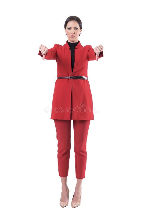 Nierada gniewna biznesowa kobieta w czerwonym kostiumu pokazuje dezaprobata kciuki zestrzela ręka znaka zdjęcia royalty free