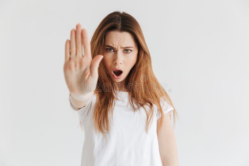 Nierada kobieta w koszulka seansu przerwy gescie fotografia royalty free