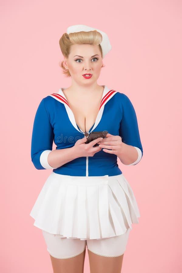Nierada wzburzona blond żeńska czerwona warga i być nieszczęśliwy otrzymywać rachunek od online usługa na telefonie komórkowym zdjęcie royalty free