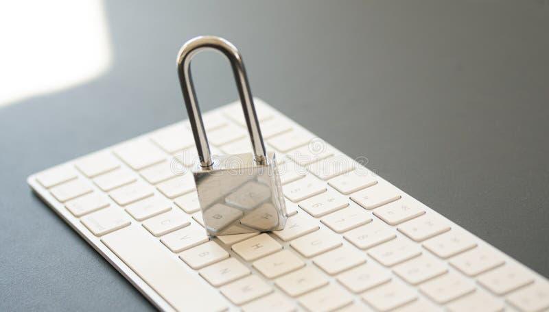 Nierdzewna kłódka na komputerowej klawiaturze PECET sieci ochrona, bezpieczeństwo danych i antivirus ochrony pojęcie, zdjęcie royalty free