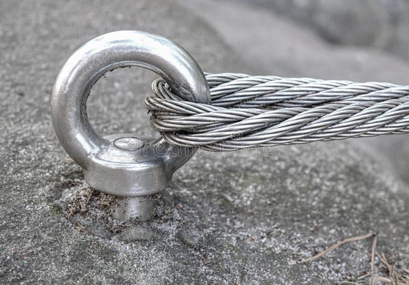 Nierdzewny kabel załatwiający skała dla bezpieczeństwa fotografia royalty free