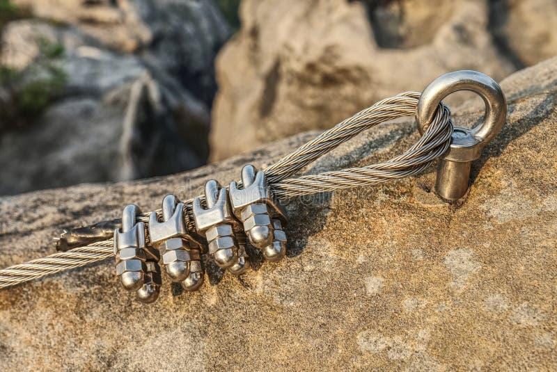Nierdzewny kabel załatwiający skała dla bezpieczeństwa zdjęcie stock