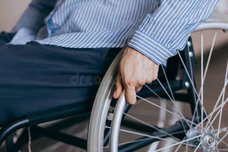 Nierozpoznawalna kobieta niepełnosprawna na wózku inwalidzkim w domu Koncepcje naprawy i opieki zdrowotnej zdjęcia stock