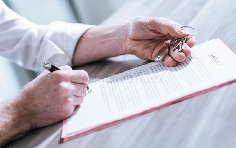 Nieruchomość kontraktacyjny podpis (lorem ipsum tekst używać zdjęcia royalty free
