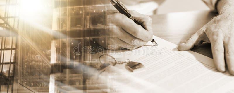 Nieruchomość kontraktacyjny podpis (lorem ipsum tekst używać); wieloskładnikowy ujawnienie zdjęcie stock