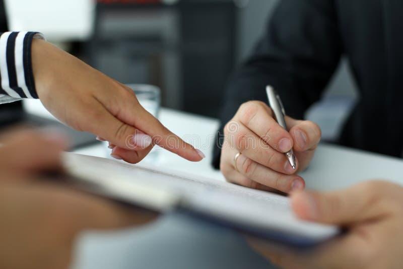 Nieruchomość urzędnik wskazuje dokąd gość musi podpisywać dokument zdjęcia royalty free