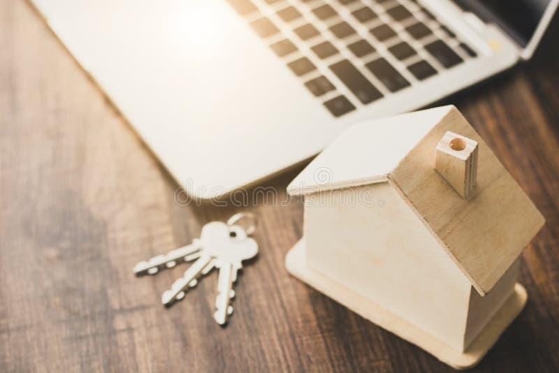 nieruchomości domowy i mieszkaniowy biznesowy pojęcie, domu model a zdjęcia royalty free