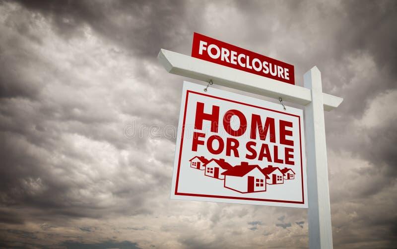 nieruchomości foreclosure domu istny sprzedaży znak zdjęcia stock