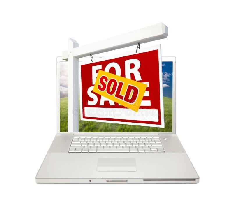 nieruchomości laptopu istny sprzedaży znak sprzedający fotografia stock