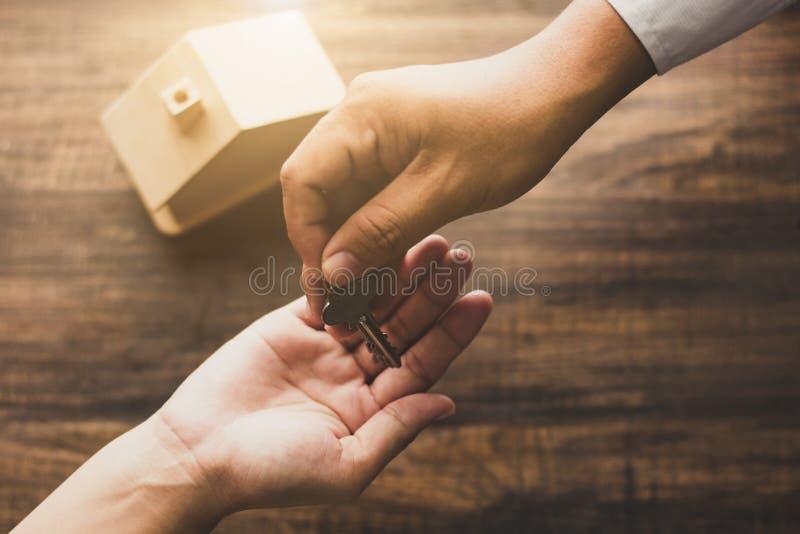 nieruchomości pojęcie, domowy agencyjny bankowiec daje domowemu kluczowi właściciel zdjęcie stock