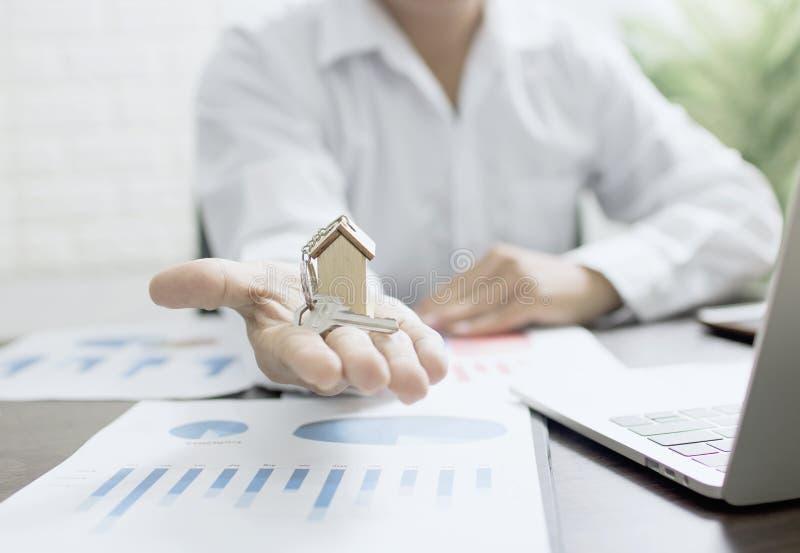 Nieruchomości pojęcie, domowy faktorski mienie dom, bankowiec pokazuje mo zdjęcie stock