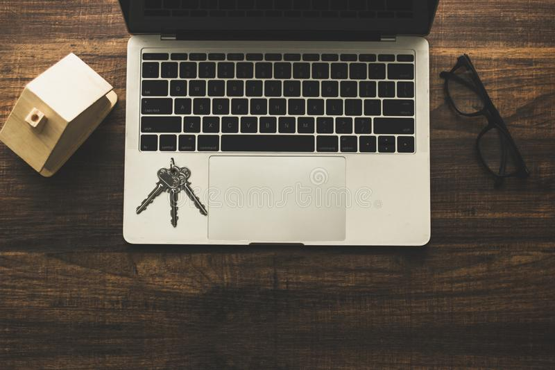 nieruchomości pojęcie, domowy klucz i domu model na drewno stole z, fotografia stock