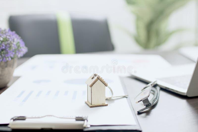 Nieruchomości pojęcie, domu model na finanse papierze z domowym kluczem obrazy royalty free