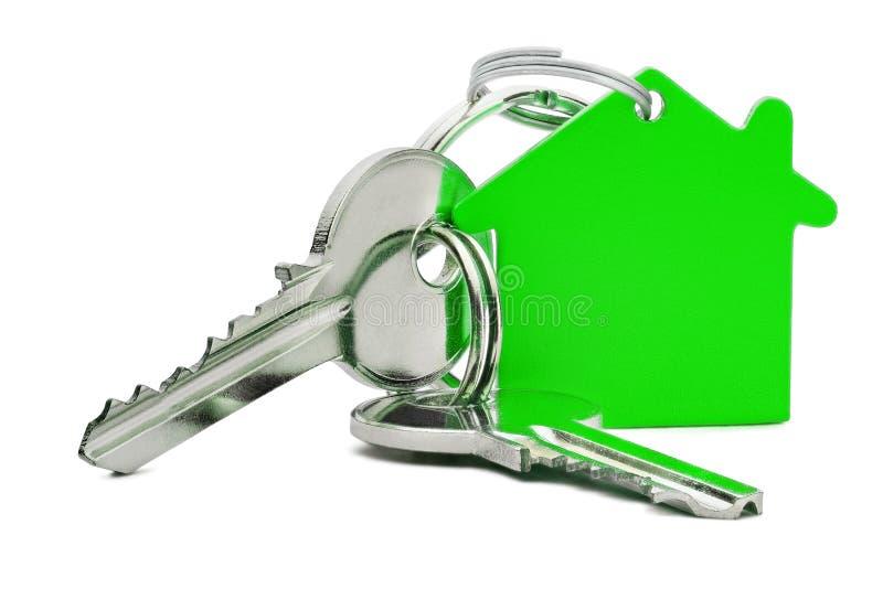 Nieruchomości pojęcie, zielony kluczowy pierścionek i klucze na odosobnionym tle, zdjęcia stock