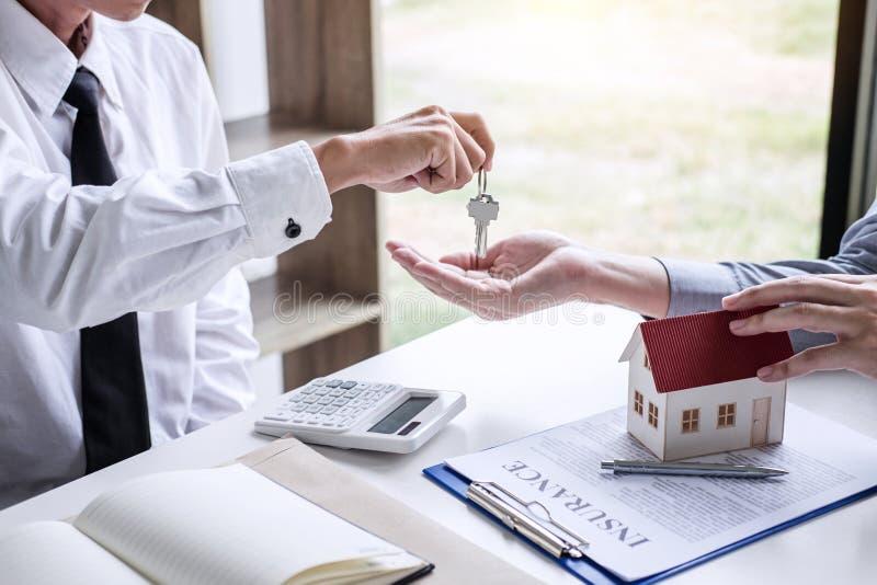 Nieruchomości sprzedaży kierownik daje kluczom klient po podpisywać fotografia stock