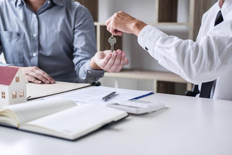 Nieruchomości sprzedaży kierownik daje kluczom klient po podpisywać obrazy stock